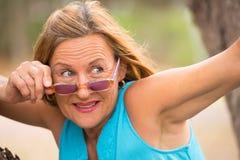 Lunettes de soleil mûres de femme de loisirs sûrs extérieures Photo stock