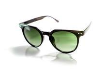Lunettes de soleil noires d'isolement avec la lentille verte Photographie stock libre de droits