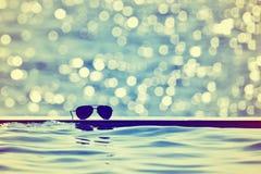 Lunettes de soleil par la piscine Rétro type Fond d'été photo stock
