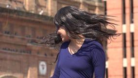 Lunettes de soleil de port et perruque de femme enthousiaste heureuse clips vidéos