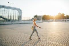 Lunettes de soleil de port de femme d'affaires dans le pantalon gris Photographie stock libre de droits