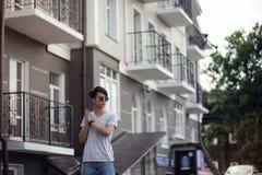Lunettes de soleil de port de jeune homme asiatique dehors Images stock