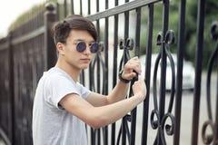Lunettes de soleil de port de jeune homme asiatique dehors Photos stock
