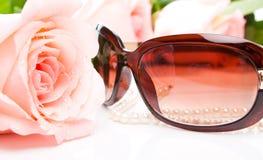 lunettes de soleil roses de rose de collier photos stock