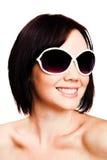 lunettes de soleil s'usant des jeunes de femme Photo stock