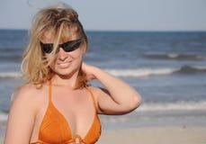 lunettes de soleil s'usant des jeunes de femme Photographie stock libre de droits