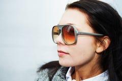 lunettes de soleil s'usant la femme Photographie stock