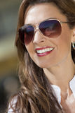 Lunettes de soleil s'usantes d'aviatrice de beau femme Images stock