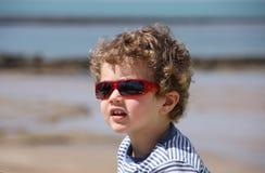 Lunettes de soleil s'usantes d'enfant Photographie stock libre de droits
