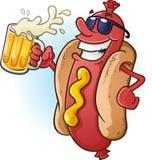 Lunettes de soleil s'usantes de bande dessinée de hot-dog et bière froide potable Photo stock