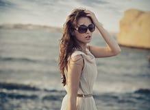 Lunettes de soleil s'usantes de femme mignonne Image stock