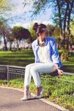 Lunettes de soleil s'usantes de fille de mode Photos libres de droits