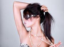 Lunettes de soleil s'usantes de jeune beau femme photo libre de droits