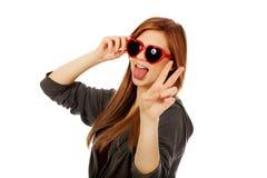Lunettes de soleil s'usantes de jeune femme d'adolescent Images stock