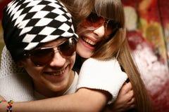 Lunettes de soleil s'usantes de jeunes couples à la mode Photographie stock libre de droits