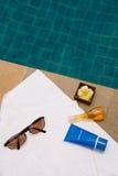 Lunettes de soleil, serviette de bain, crème de bloc du soleil, jel de bain et bougie photos stock