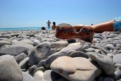 Lunettes de soleil sur la plage Photos libres de droits