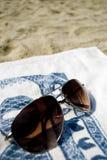 Lunettes de soleil sur la plage. Photos libres de droits