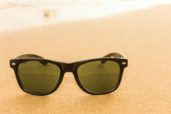 Lunettes de soleil sur la plage Photographie stock