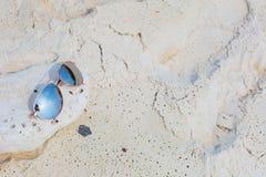 Lunettes de soleil sur la plage Images stock