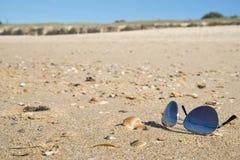 Lunettes de soleil sur la plage sablonneuse Photos libres de droits
