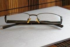Lunettes de soleil sur la vue de face de table en bois Images libres de droits