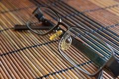 Lunettes de soleil sur la vue de face de table en bois Images stock