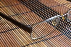 Lunettes de soleil sur la vue supérieure en bois de table Photographie stock