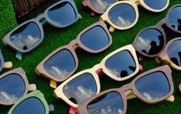 Lunettes de soleil sur le compteur photos stock