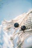 Lunettes de soleil sur le sac de crochet Photo stock