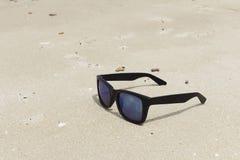 Lunettes de soleil sur un sable de plage Photo stock