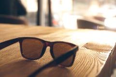 Lunettes de soleil sur une table en bois image libre de droits