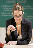lunettes retenant s'user de professeur de crayon images stock