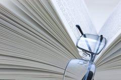 Lunettes se reposant sur un livre Image stock