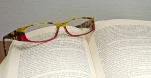 Lunettes sur le livre image libre de droits