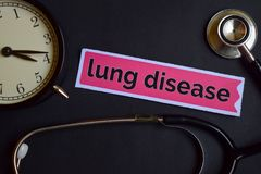 Lung Disease en el papel de la impresión con la inspiración del concepto de la atención sanitaria despertador, estetoscopio negro fotografía de archivo