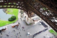 Lunga fila coda alla Torre Eiffel Immagini Stock