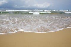 Lunga fila dall'onda bianca sulla spiaggia tropicale gialla dell'oceano Fotografia Stock