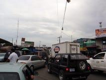 Lunga fila di automobili che attendono a di frontiera Fotografie Stock