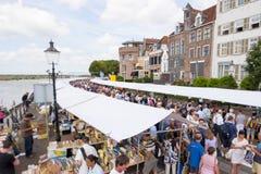 Lunga fila di cabine del mercato con la gente di acquisto Fotografia Stock