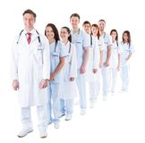 Lunga fila di medici e di infermieri sorridenti Immagine Stock