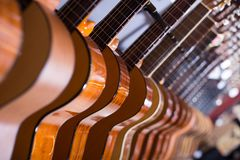 Lunga fila di nuove chitarre acustiche in deposito fotografia stock libera da diritti