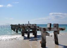 Lunghezza abbandonata del molo: Baia di Jurien, Australia occidentale fotografia stock libera da diritti
