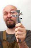 Lunghezza di misurazione dell'operaio divertente Fotografia Stock Libera da Diritti