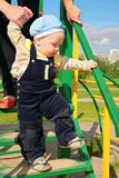 lungo il bambino impara le scale della madre per camminare Fotografia Stock
