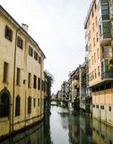 Lungo il canale a Padova Immagini Stock