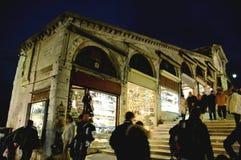Lungo il ponticello di Rialto, Venezia alla notte immagini stock libere da diritti