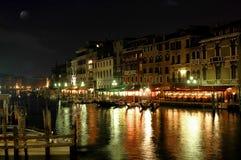 Lungo il ponticello di Rialto, Venezia alla notte immagine stock