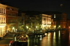 Lungo il ponticello di Rialto, Venezia alla notte Fotografia Stock