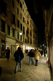 Lungo il ponticello di Rialto, Venezia alla notte Immagini Stock